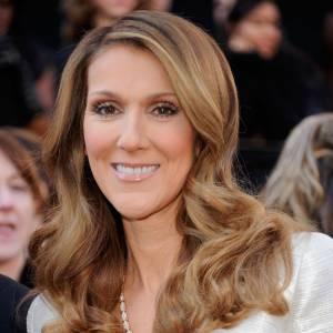 Céline Dion a choisi un collier en or jaune, diamants, émeraude et spinelles vertes signé Bulgari, pour son apparition.