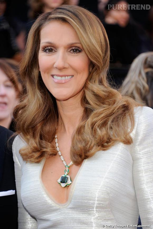 Céline Dion a choisi un collier en or jaune, diamants, émeraude et spinelles vertes signé  Bulgari , pour son apparition.