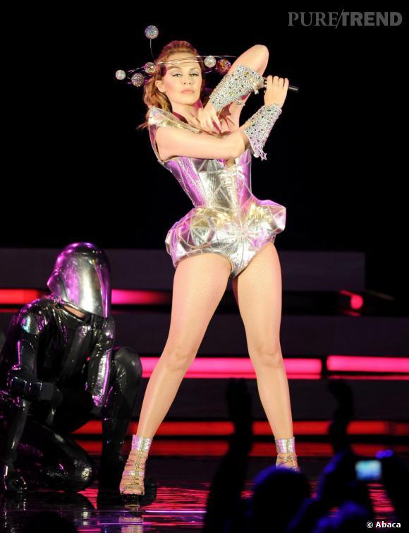 Princesse futuriste, Kylie Minogue revendique le body métallique et la couronne en orbite.