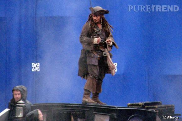 Sur le tournage de Pirates des Caraïbes il passe du stetson au tricorne.