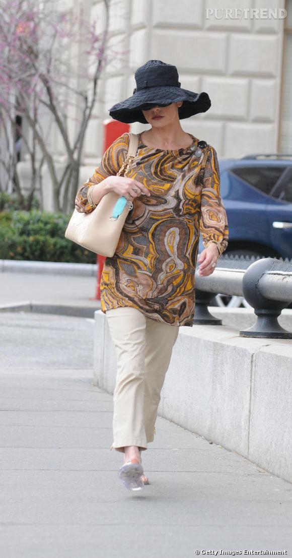 Mais qui se cache sous ce chapeau et cette tunique ? Tout simplement Catherine Zeta-Jones...