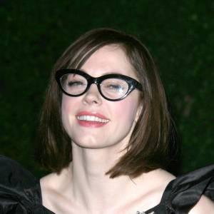 Une mauvaise coupe et des lunettes de bibliothécaire et la sexy Rose McGowan prend 20 ans.