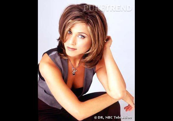 Comment on se coiffait dans les années 90 ?          Nom  : Jennifer Aniston (Rachel dans  Friends )    Coiffure  : un carré blond californien,  long et dégradé qui encadre le visage.
