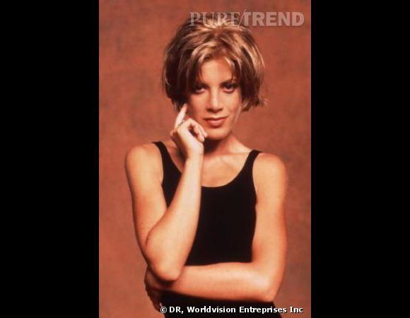 Comment on se coiffait dans les années 90 ?        Nom  : Tori Spelling (Donna Marie Martin dans la série  Beverly Hills )    Coiffure  : le carré court effilé.