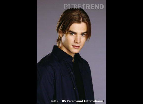 Comment on se coiffait dans les années 90 ?        Nom  : David Gallagher (Simon Camden dans la série  Sept à la maison )   Coiffure  : les cheveux longs, la raie plaquée au milieu et deux mèches tombant sur le visage.
