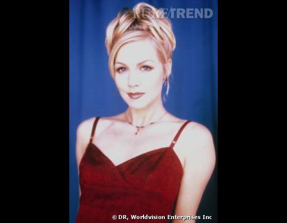 Comment on se coiffait dans les années 90 ?        Nom  : Jennie Garth (Kelly Marlene Taylor dans la série  Beverly Hills )    Coiffure  : Chignon haut et mèches ondulées.