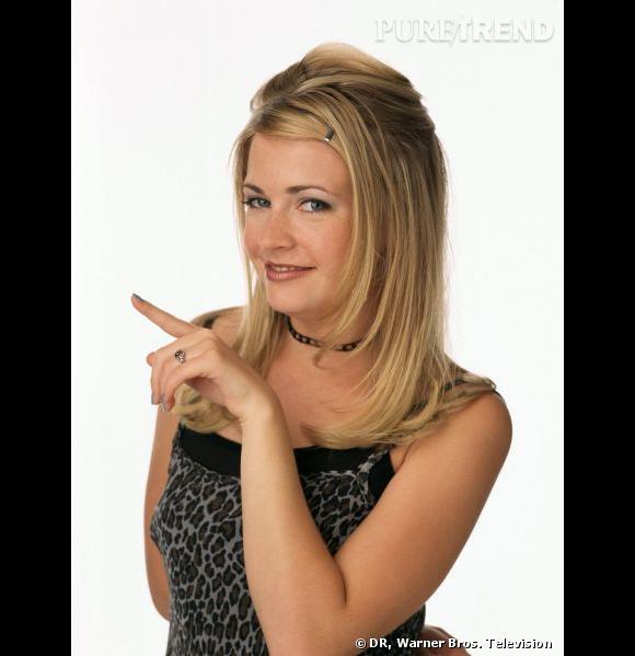Comment on se coiffait dans les années 90 ?         Nom  : Melissa Joan Hart (Sabrina Spellman dans la série  Sabrina l'apprentie sorcière )     Coiffure  : le dégradé blond et les pinces à cheveux pour plaquer les mèches.