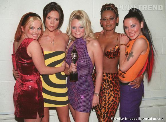Comment on se coiffait dans les années 90 ? Nom : les Spice Girls Ginger : un carré bi-color rouge et blond, accessoirisé d'un serre-tête et deux petites mèches qui encadrent le visage Posh : un carré court et deux mèches qui retombent Emma : une demi-queue très haute et un blond platine Mélanie B : un tissage et des mèches plus claires Mélanie C : une pony tail haute et des longueurs rouges