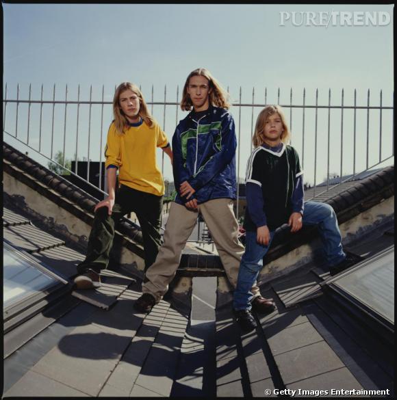 Comment on se coiffait dans les années 90 ?        Nom  : Hanson   Coiffures  : les cheveux longs des trois frères et leur raie au milieu.