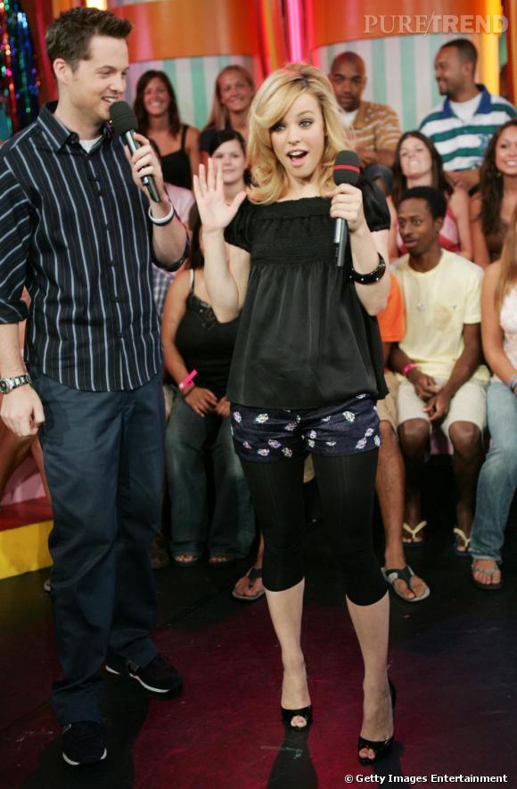 Sur les plateaux télés, l'actrice affiche un sens du style plutôt personnel n'hésitant pas à mixer legging court et shorty.