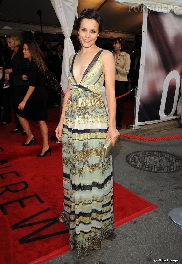 Audacieuse au niveau des coupes elle commence à l'être du côté des motifs, elle le prouve avec une robe Gucci aux détails ors.