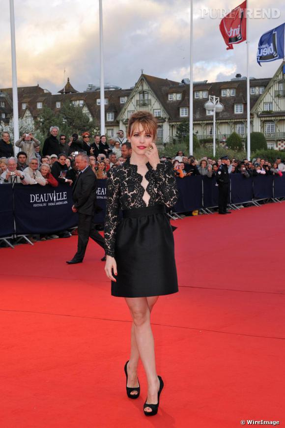 Pour le festival du film de Deauville rachel craque pour une pièce Stella McCartney en dentelle noire et signe une apparition parfaite.
