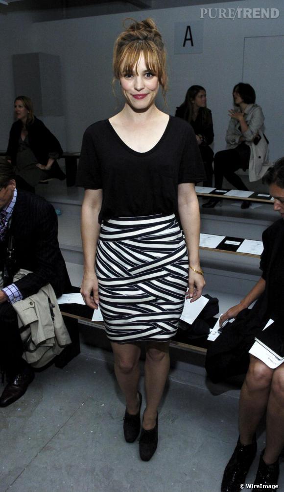 Invitée aux front rows des défilés, Rachel opte pour la simplicité avec un simple top noir et une jupe tube. Un look facile certes mais loin d'être ennuyeux.