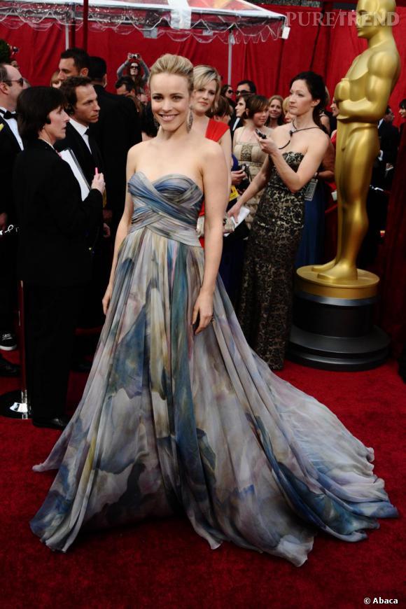 Lors des Oscars, la jeune fille s'offre une véritable coup d'éclat. Sculpturale elle craque pour une création couture Elie Saab printemps-été 2010.