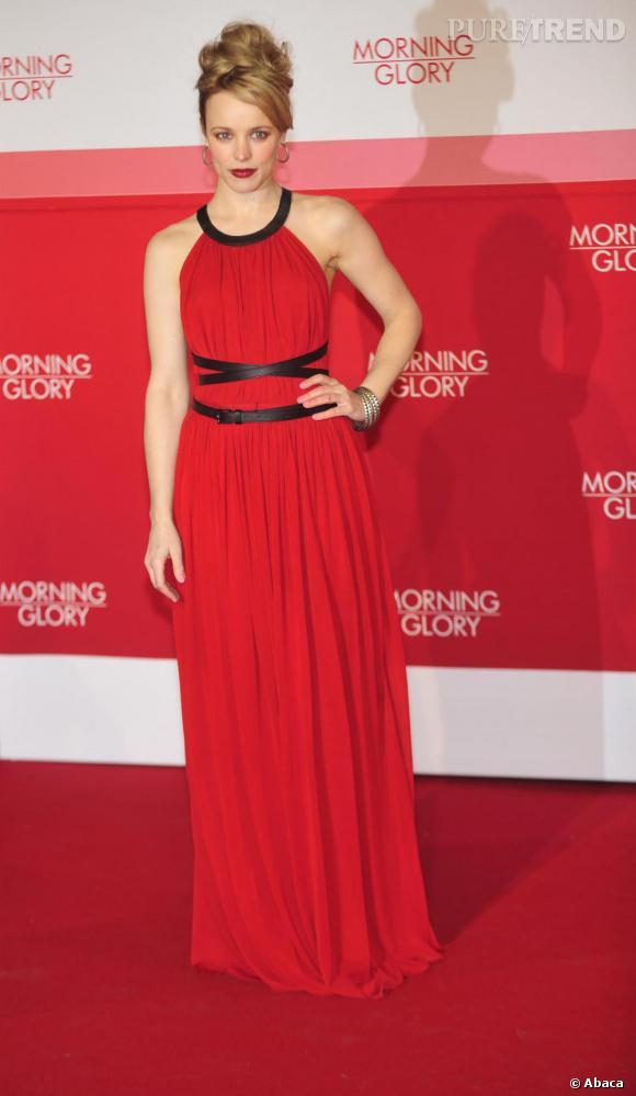 Crinière domptée, make-up impeccable et robe d'amazone, l'actrice est désormais une vraie femme fatale en Michael Kors.