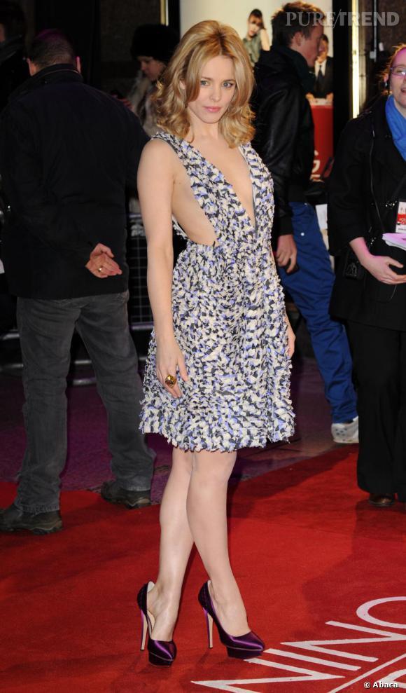 En 2010 Rachel affirme sa féminité avec une audacieuse robe Suno et des escarpins Charlotte Olympia prouvant ses talents mode.