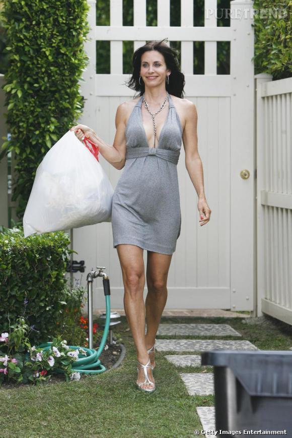"""Dans """"Cougar Town"""", Courteney Cox sort ses poubelles en robe judicieusement découpée. La classe."""