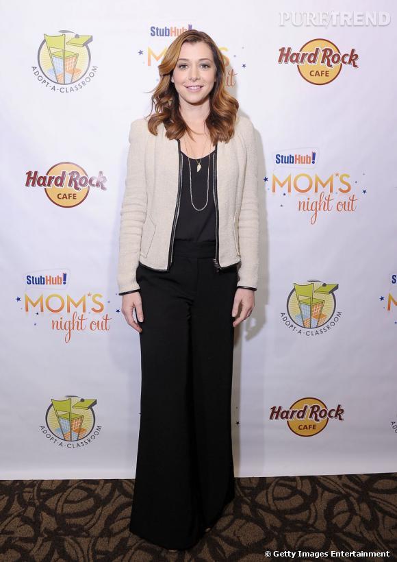 """Alyson Hannigan s'empare d'un pantalon oversized et rentre un top dedans pour un effet """"robe longue""""."""