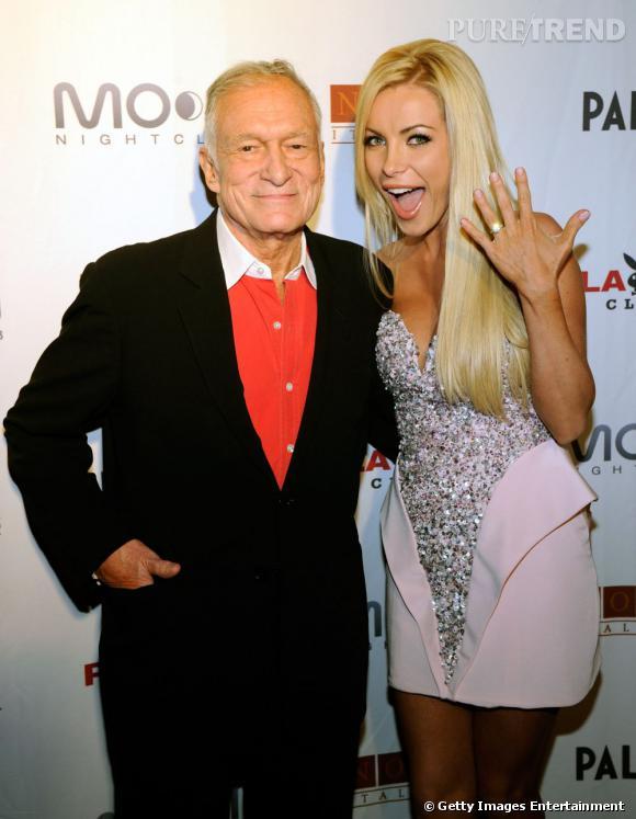 Hugh Hefner et sa fiancée, la très blonde et très distinguée Crystal Harris.  Visiblement, elle est contente...
