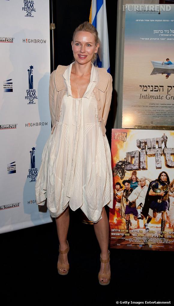 Robe dotée de nombreux drapés, asymétrique dans la longueur, Naomi Watts choisit la mauvaise robe, qui ne rend pas justice à sa plastique fantastique.