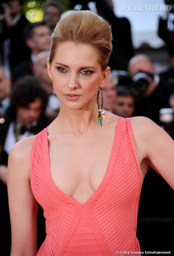 Cannes : les plus beaux make up du dimanche 15 mai     Frédérique Bel mise sur un regard de biche avec un crayon marron qui lui redessine le contour de l'oeil et une ombre à paupière beige. Le teint nude contraste à merveille avec le rose de sa robe. Un maquillage tout en naturel.