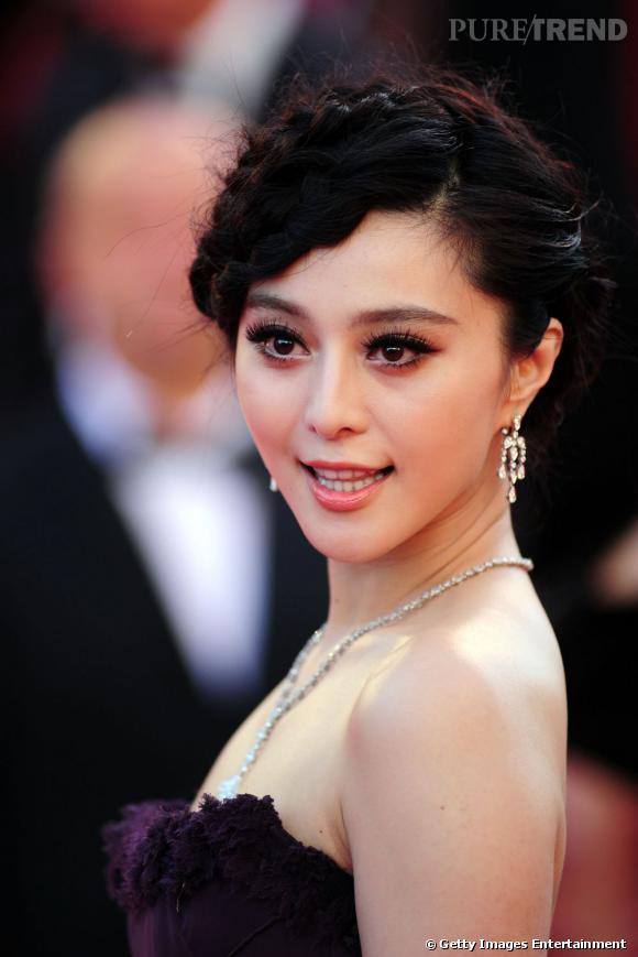 Cannes : les plus beaux make up du dimanche 15 mai Fan BingBing opte pour un regard XXL avec une paire de faux cils qui lui agrandit les yeux et un trait d'eye liner au ras des cils. La bouche se pigmente de rose corail.