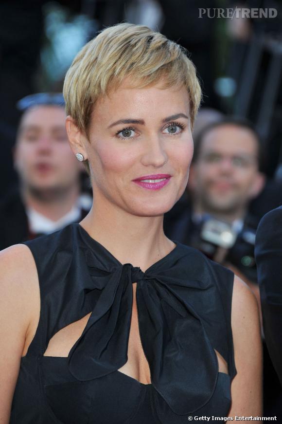 Cannes : les plus beaux make up du dimanche 15 mai     Judith Godrèche arbore une coupe garçonne et mise sur une bouche fuchsia très féminine. Les paupières sont légèrement nacrées.