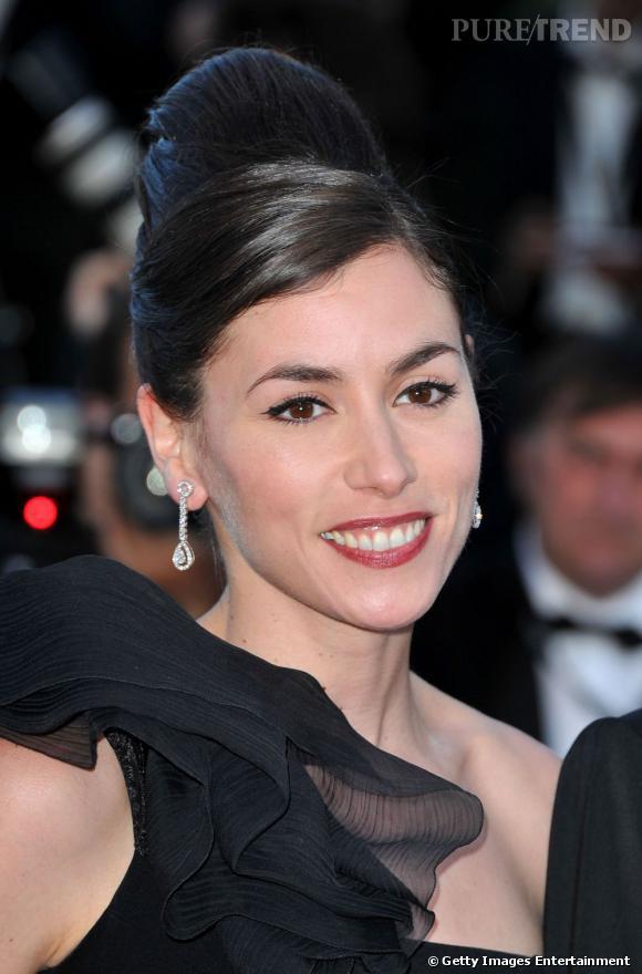 Cannes : les plus beaux make up du dimanche 15 mai      Sublime, Olivia Ruiz opte pour une mise en beauté glamour. Au ras des cils se dessine un trait d'eye liner qui accentue le regard, la bouche se fait bordeaux.