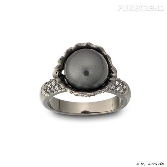 Black Pearl, bague ornée de perles de cristal noires et de gouttes de cristal facetté sur plaqué ruthénium.