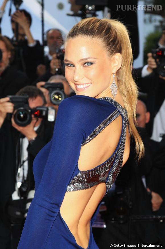 Cannes : les plus belles coiffures du mardi 17 mai  La pony tail est haute et lumineuse chez Bar Refaeli qui mise sur un ombré hair aux nuances dorées.