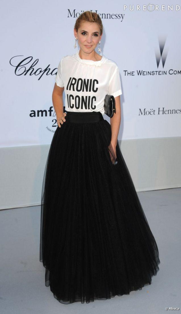 la belle porte une jupe longue en tulle qu 39 elle associe un top blanc en satin. Black Bedroom Furniture Sets. Home Design Ideas