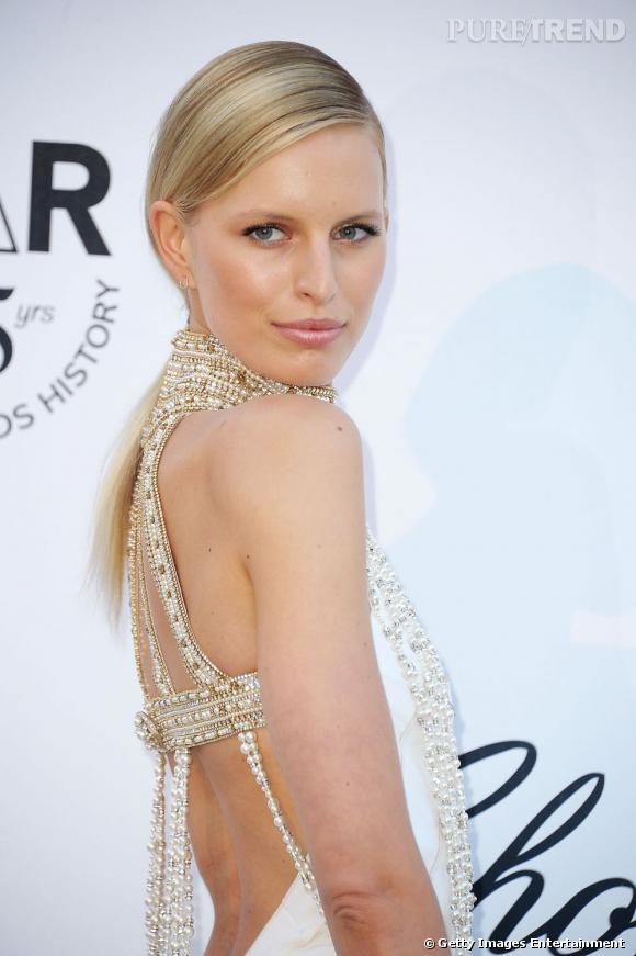 Le Top Beauty-Look :  maquillée par Chanel, la sublime Karolina Kurkova joue sur le naturel et le charme doré.