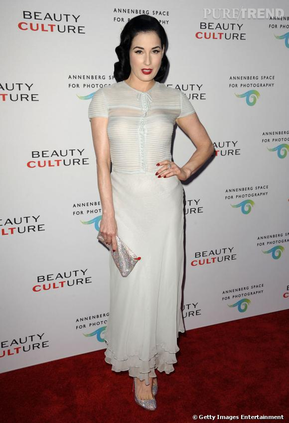"""Dita Von Teese, glamour, pour l'exposition """"Beauty Culture"""" à Los Angeles."""
