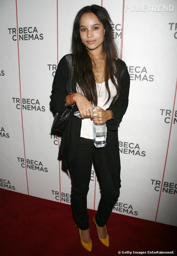 2006 :    Zoë affiche un look plus travaillé et plus mature sans laisser de côté les détails décalés comme les escarpins jaunes.