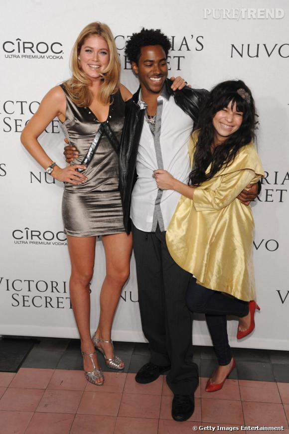 2009 :    Le manteau doré cape, pour Zoë aux côtés de Doutzen Kroes et DJ Rukus.