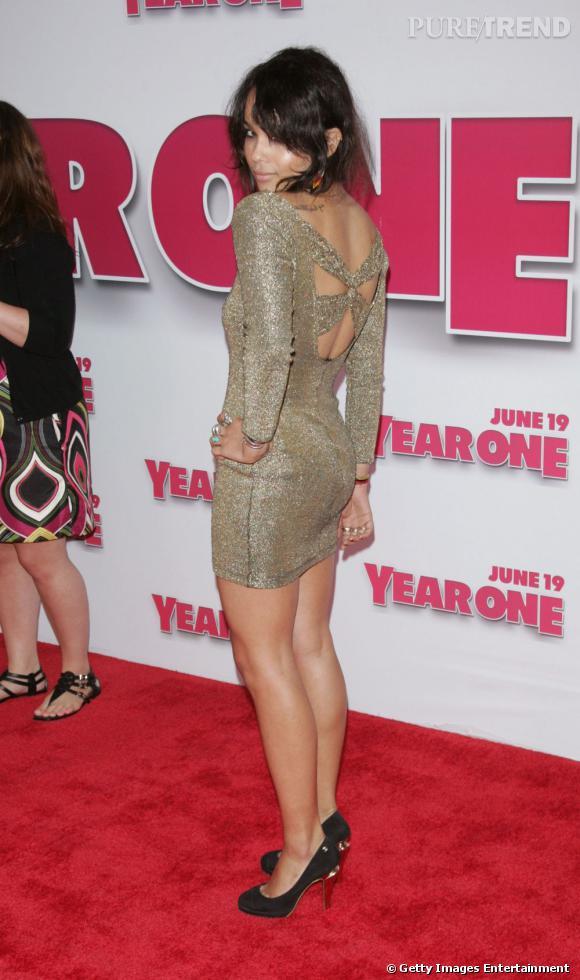 2009 :     La petite robe dorée et dos nu sied impeccablement à Zoë.