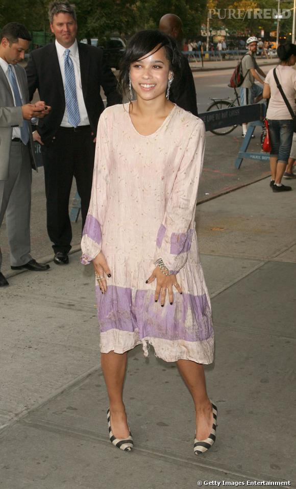 2010 :    La robe élimée fait étonnement son effet sur Zoë. Une nouvelle mode ?