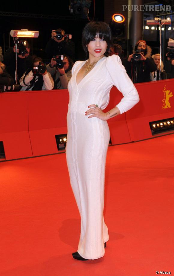 2011 :    Zoë moule sa silhouette impeccable dans une robe de maille ivoire, sur le red carpet, il fallait oser.