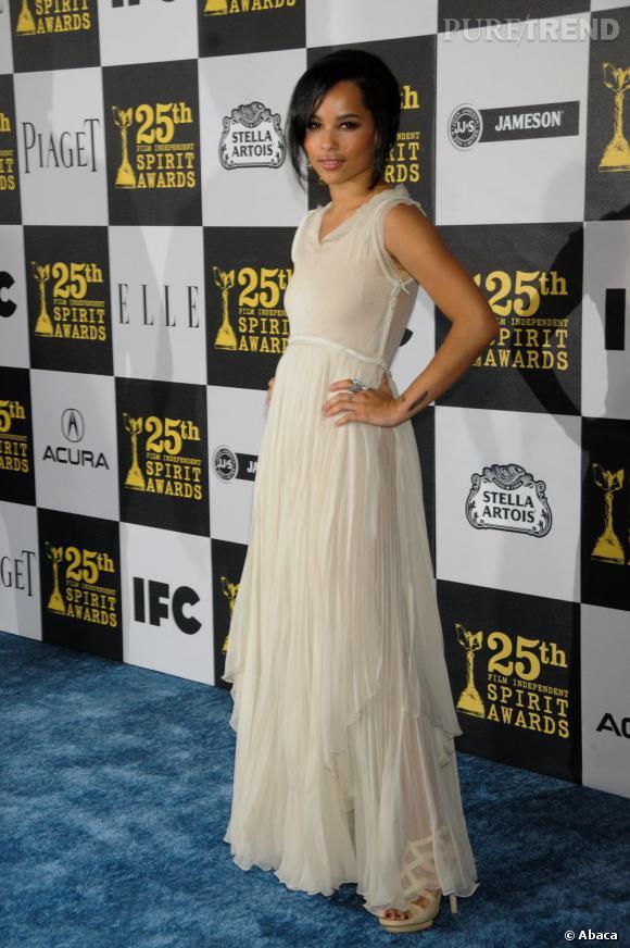 2010 :     L'actrice pioche aussi parmi un vestiaire plus raffiné avec cette robe Chloé printemps-été 2010.