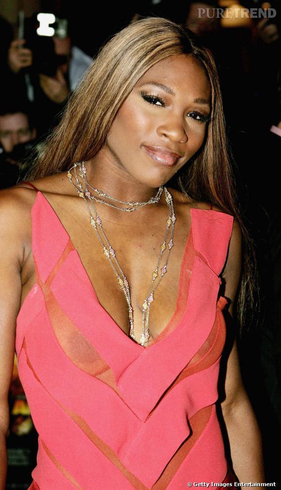 Serena Williams décide de jouer les filles sensuelles avec une robe légèrement transparente. Sauf que la transparence ne se trouve pas à un endroit stratégique.