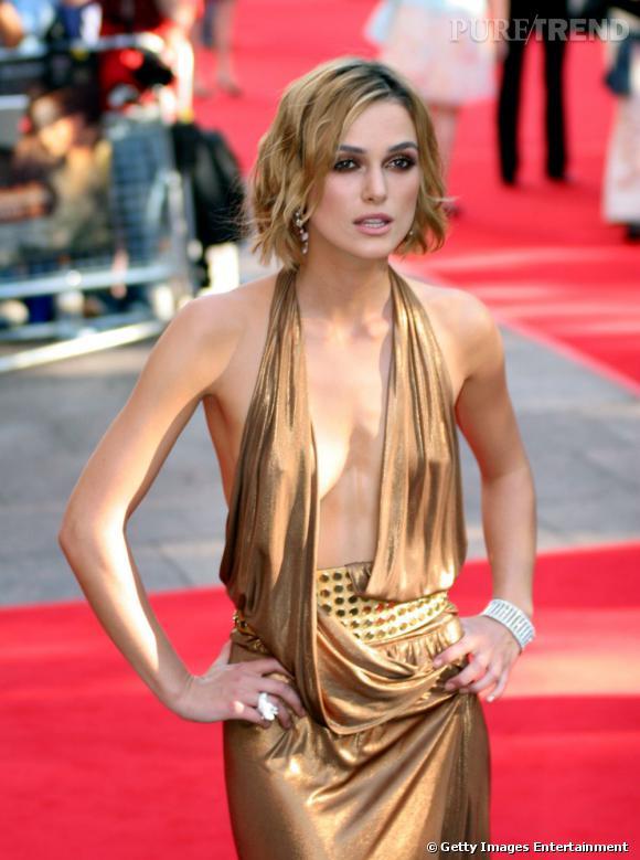 Keira Knightley, peu gâtée par la nature niveau poitrine, porte un top qui baille beaucoup trop.