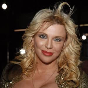 Courtney Love, reine de la vulgarité, choisit un décolleté agrémenté de paillettes.