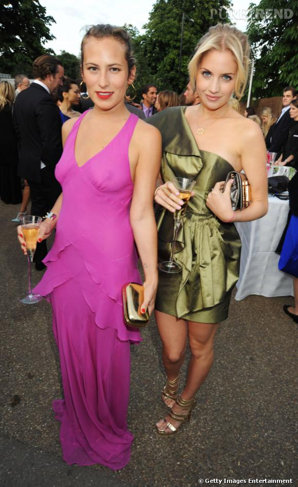Charlotte Dellal porte une robe rose bien trop transparente pour être portée sans rien en-dessous.