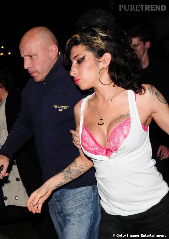 Depuis que Amy Winehouse a choisi de faire de la chirurgie esthétique, elle ne sait plus quoi faire de ses seins. Résultat, ils s'échappent de son top.