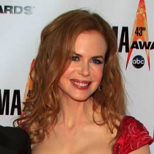 Nicole Kidman porte une robe qui coupe sa poitrine en deux.