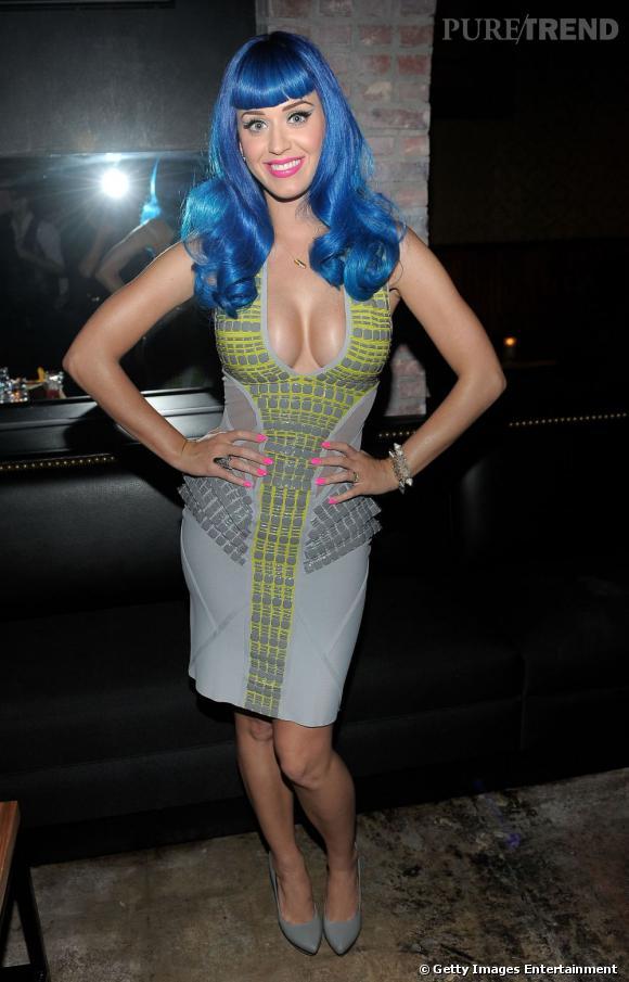 Parfois, pour ne pas dire souvent, Katy Perry montre trop sa poitrine.