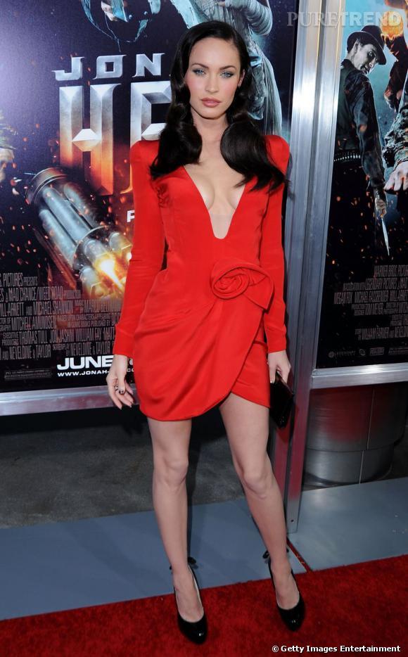 Megan Fox écarte sa poitrine au maximum pour qu'elle soit cachée par sa robe? Pas très sexy.