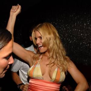 Jessica Simpson ne veut pas de soutien-gorge.
