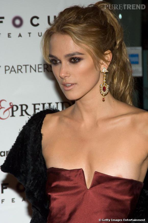 Keira Knightley n'a pas assez de poitrine pour une robe bustier.