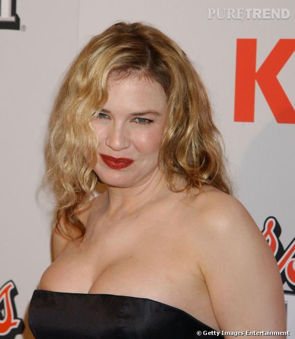 Trop rondelette pour cette robe bustier, Renee laisse sa poitrine ressortir.